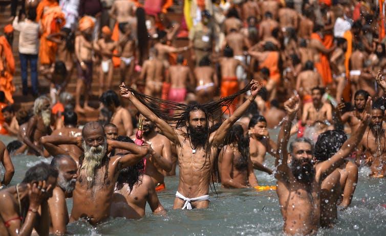 Des hommes se baignant dans une rivière